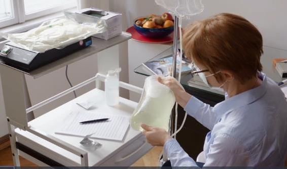Kontrolle des verbrauchten Dialysats und Dokumentation
